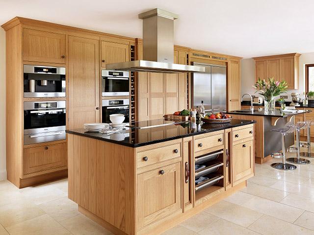 Phòng bếp đẹp bằng gỗ sồi tự nhiên màu sắc nâu vàng sáng cực kì trẻ trung và sang trọng. Thiết kế dành cho không gian nhà biệt thự cao cấp nên được bố trí bộ tủ bếp kết hợp bàn đảo có kích thước cực rộng rãi, đảm bảo được nhu cầu sử dụng cho gia đình