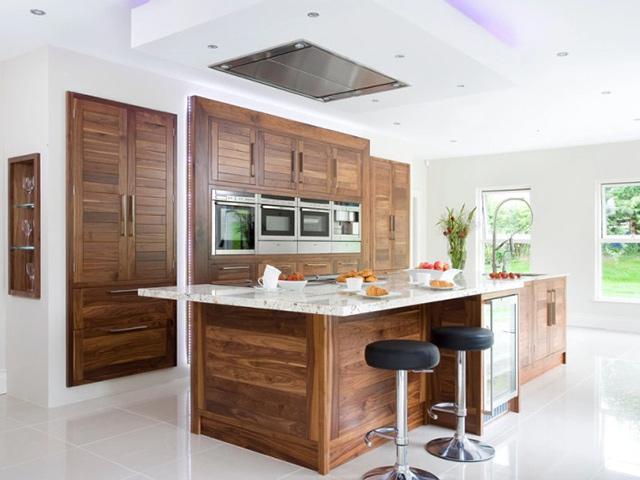 Mẫu phòng bếp bằng gỗ đẹp được thiết kế theo phong cách Châu Âu kết hợp nét đẹp hiện đại. Bàn đảo bếp được thiết kế rộng rãi, bố trí ở giữa phòng bếp để đảm bảo sự tiện nghi và hài hòa trong phòng bếp