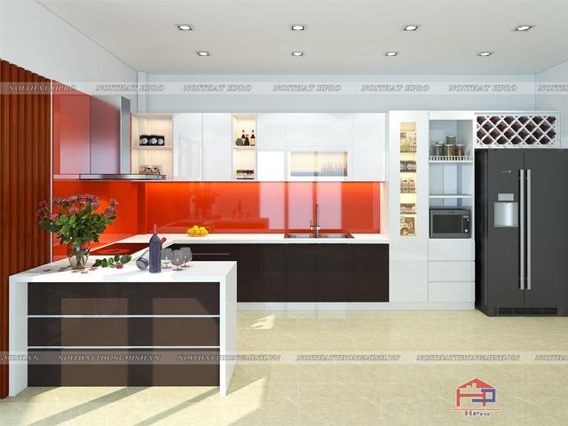Phòng bếp bằng gỗ công nghiệp acrylic bóng gương màu trắng kết hợp màu vân gỗ sang trọng. Màu đỏ từ kính cường lực ốp tường bếp chính là điểm nhấn ấn tượng cho ngôi nhà