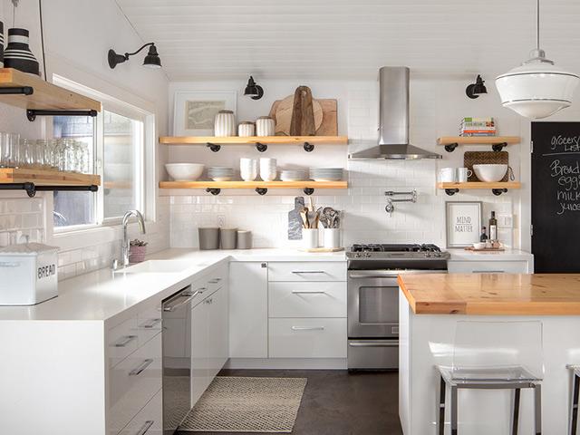 Nhà bếp không gian hẹp sử dụng kệ gắn tường tạo sự thông thoáng và tiện ích
