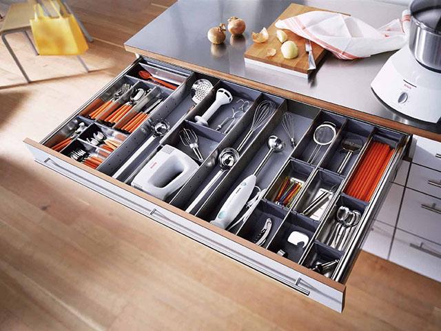 Thiết kế khay lưu trữ phân chia khu vực chức năng giúp nhà bếp không gian nhỏ trở nên gọn gàng, ngăn nắp