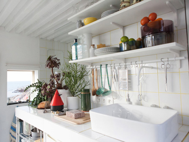 Với kệ gỗ để đồ đa năng bạn có thể lưu trữ được rất nhiều đồ dùng nhà bếp cần thiết
