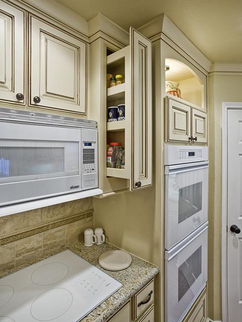 Nhà bếp không gian hẹp được tận dụng tối đa diện tích với góc lưu trữ ẩn