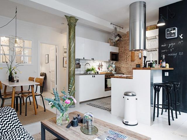 Nhà bếp không gian hẹp được bố trí liên thông với phòng khách. Quầy bar mini có tác dụng làm vách ngăn phân chia không gian phòng khách và phòng bếp