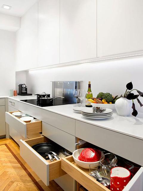 KhDuf diện tích nhỏ hẹp nhưng nhà bếp lãng mạn vẫn đảm bảo được sự tiện nghi cần thiết với những phụ kiện bếp thông minh có tể lưu trữ rất nhiều đồng dùng