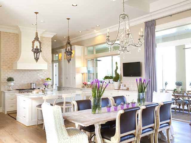 Nhà bếp lãng mạn được tô điểm bởi lọ hoa màu tím cực tho mọng và bắt mắt